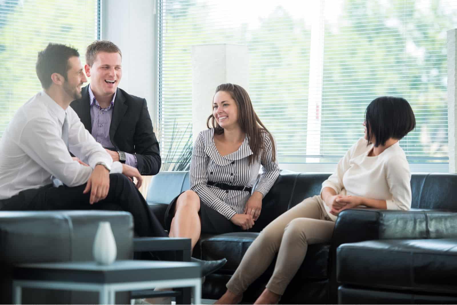 Freunde sitzen bei der Arbeit und reden