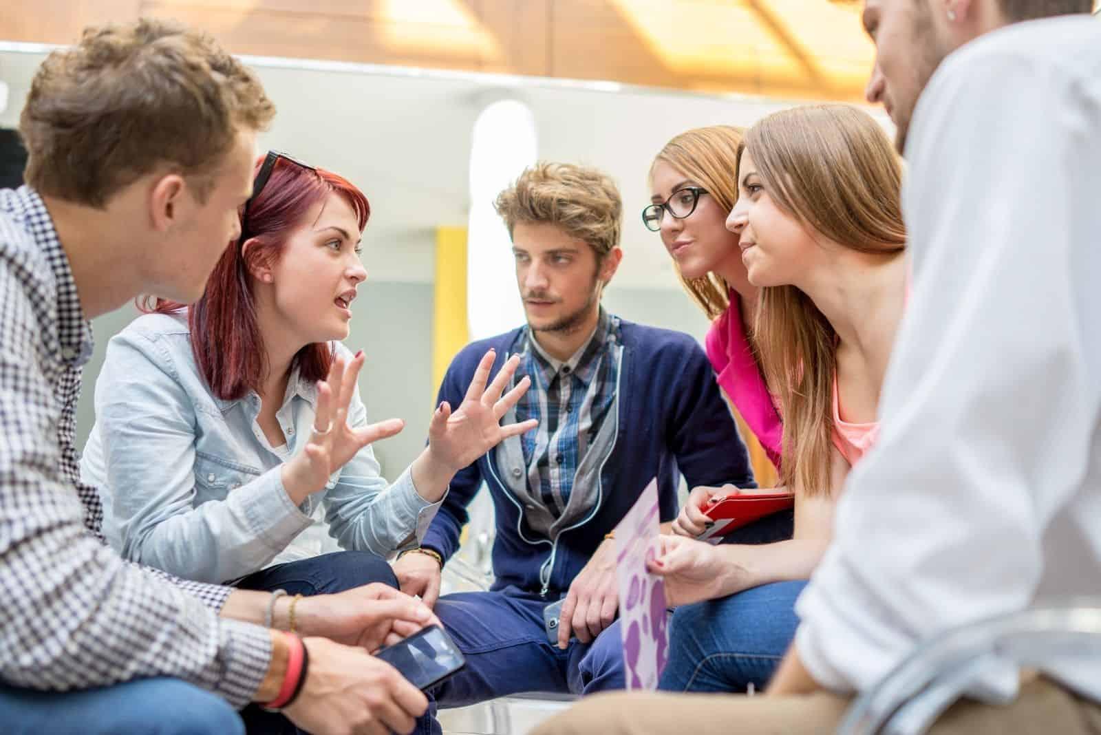 Geschäftsfreunde diskutieren im Sitzen über eine Strategie