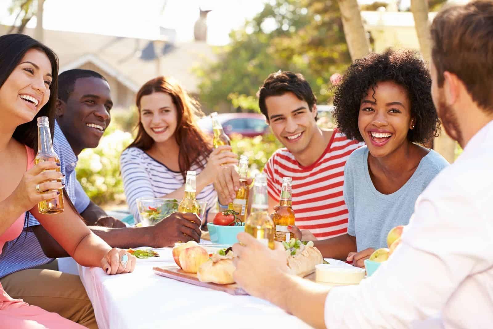 Gruppe von Freunden, die das Essen genießen auf einer Party im Freien