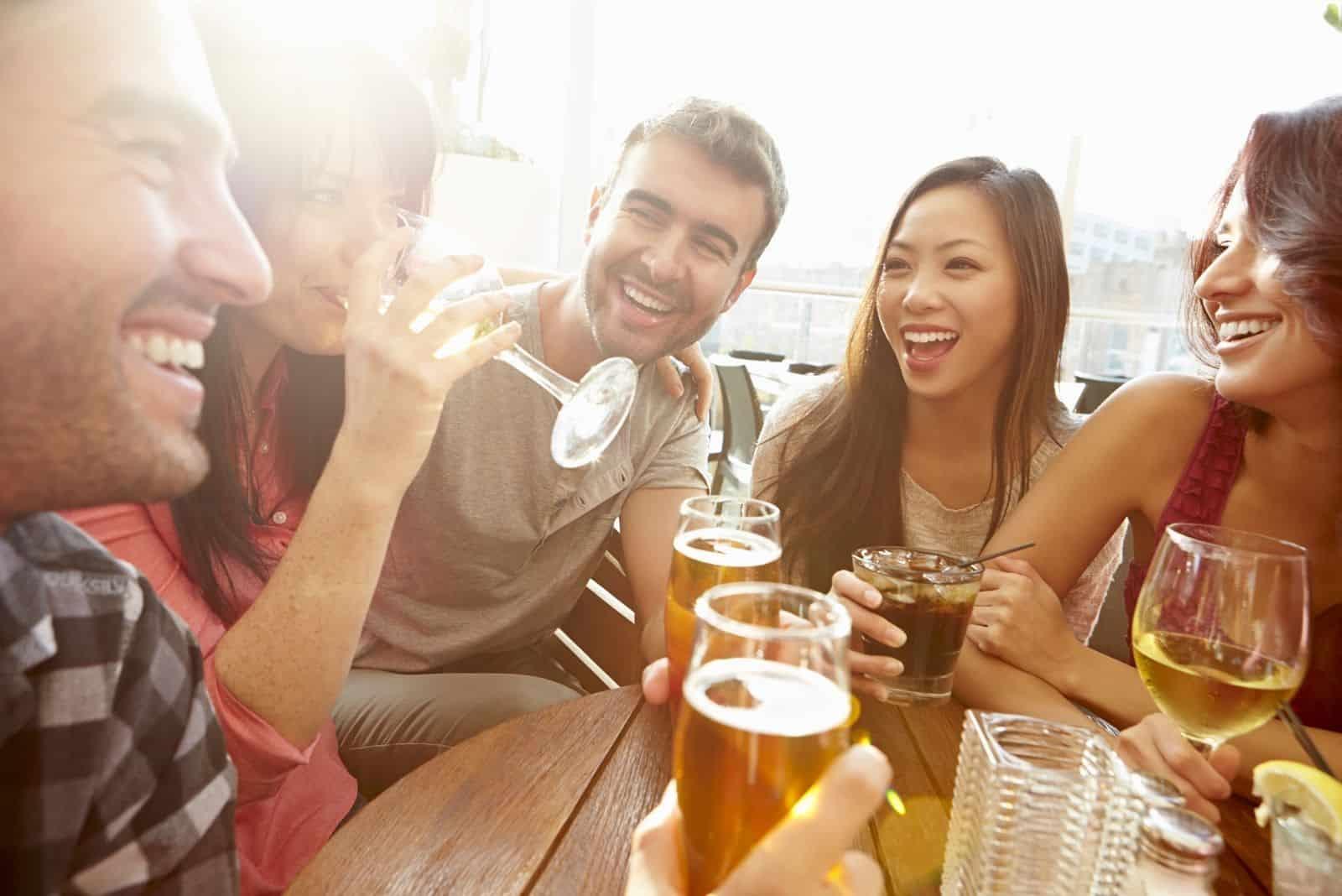 Gruppe von Freunden, mit Bier eine gute Zeit im Freien
