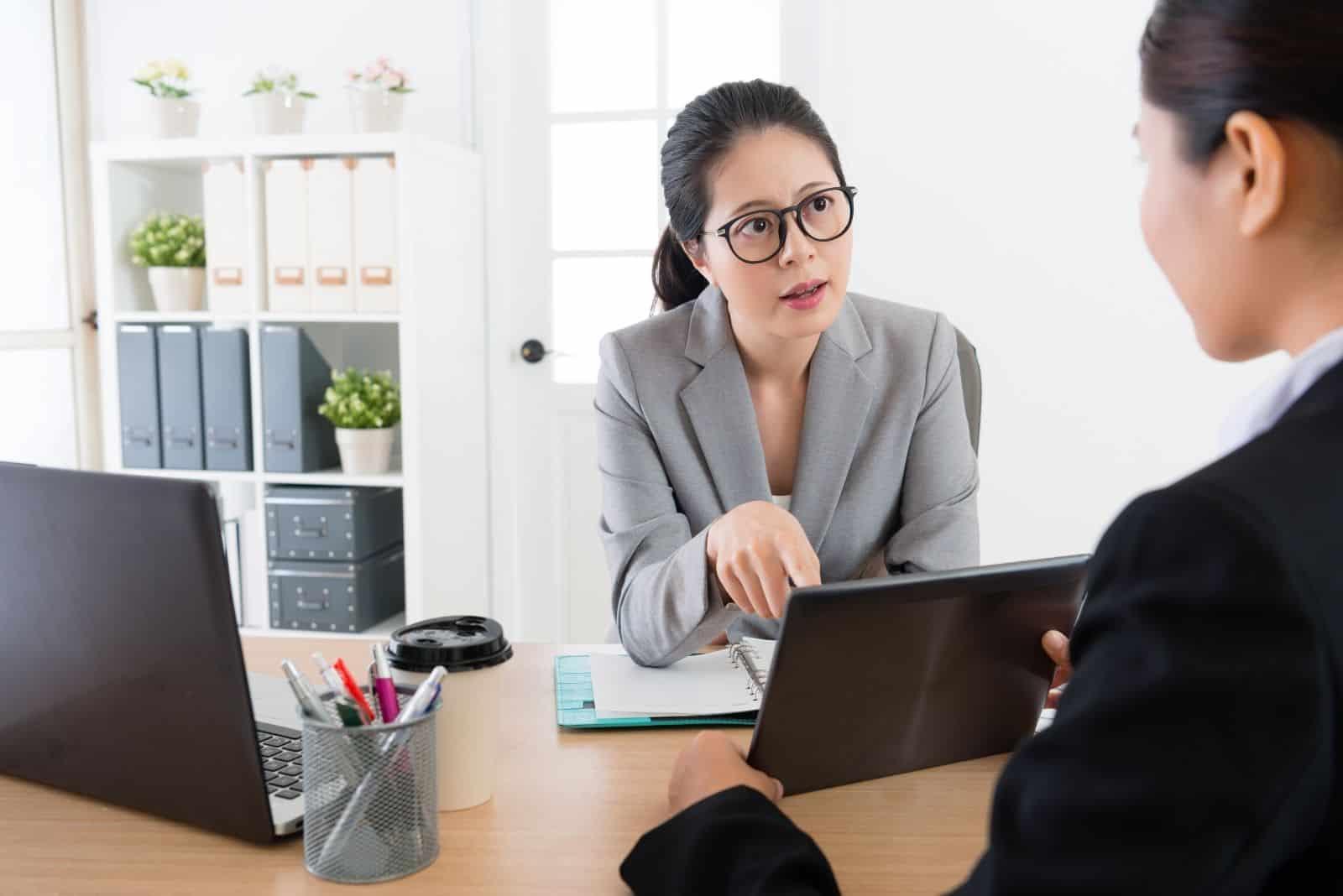 Kopfschuss einer Chefin ernsthaft mit einem Mitarbeiter sprechen