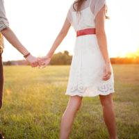 Paar Händchen haltend im Freien spazieren gehen