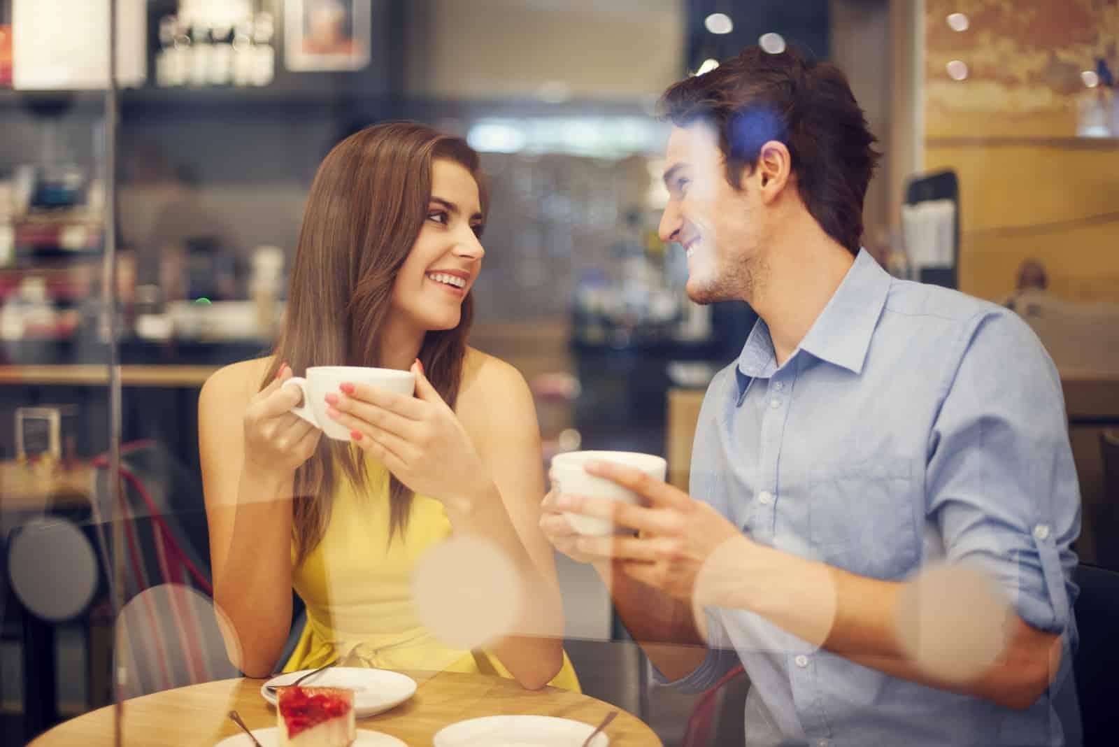 Mann und Frau im Café genießen
