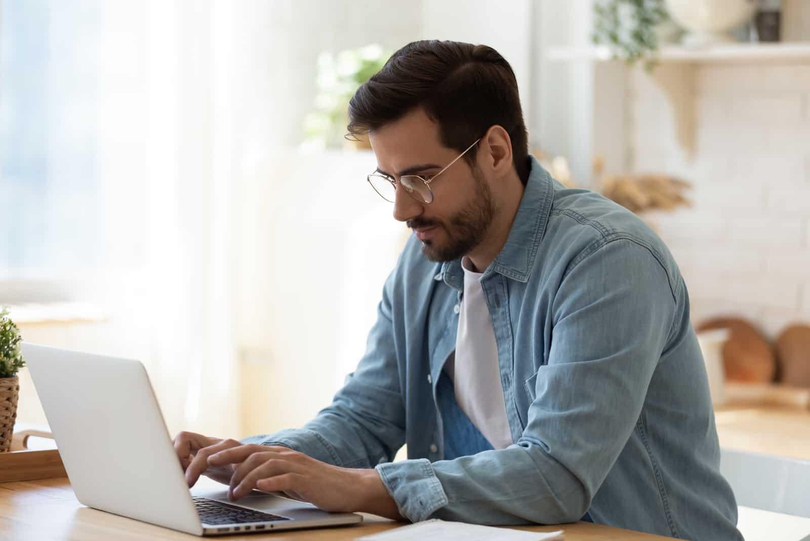Manntaste am Laptop