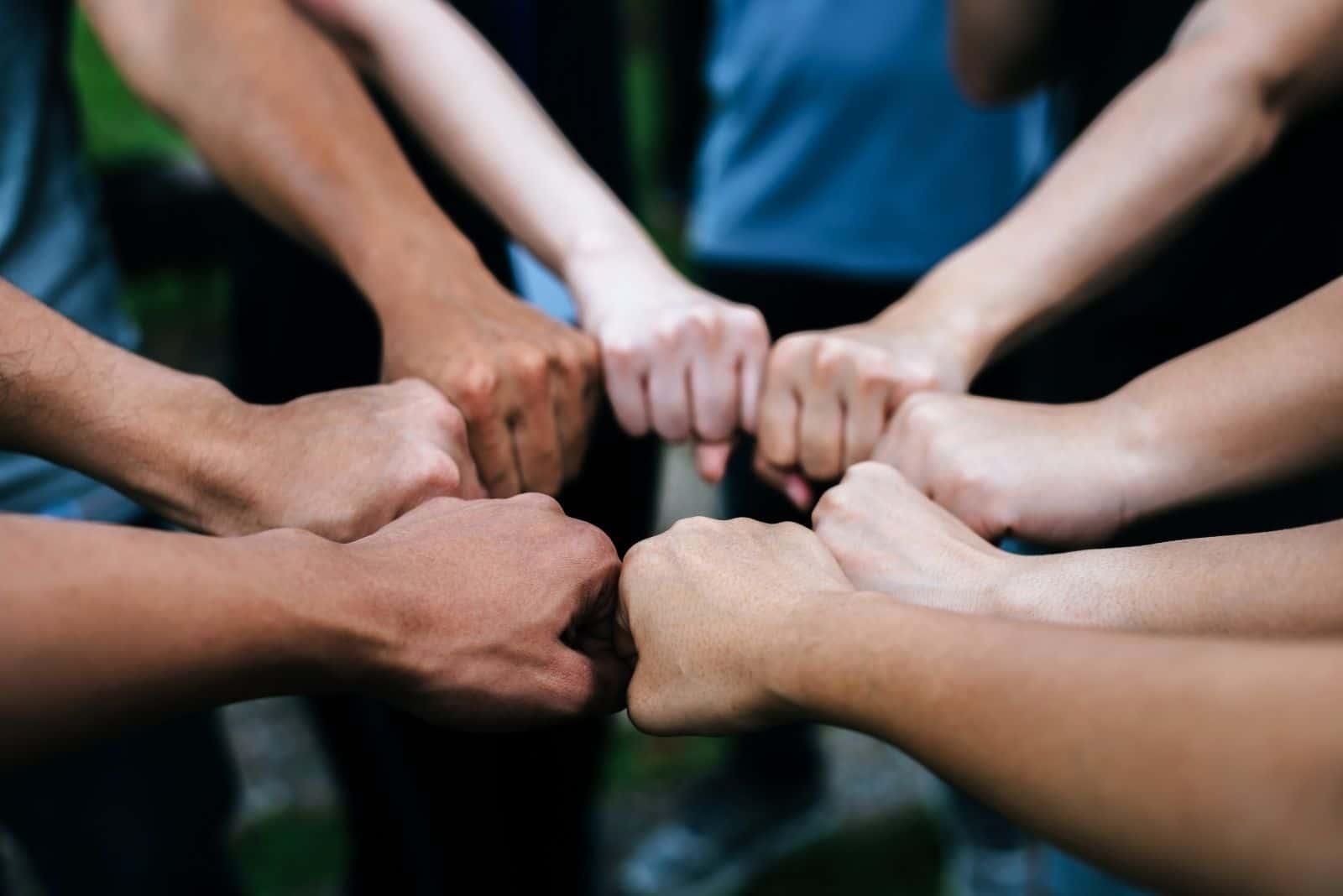Nahaufnahme der Hände des Schülers, die aufstehen und Fauststoßgesten machen