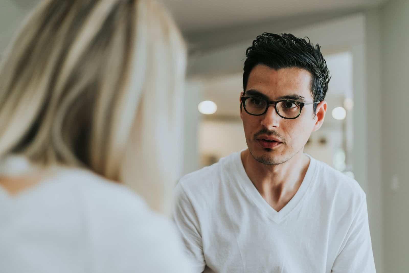 Paar, das ernsthafte Gespräche führt den Rücken der Frau zeigen