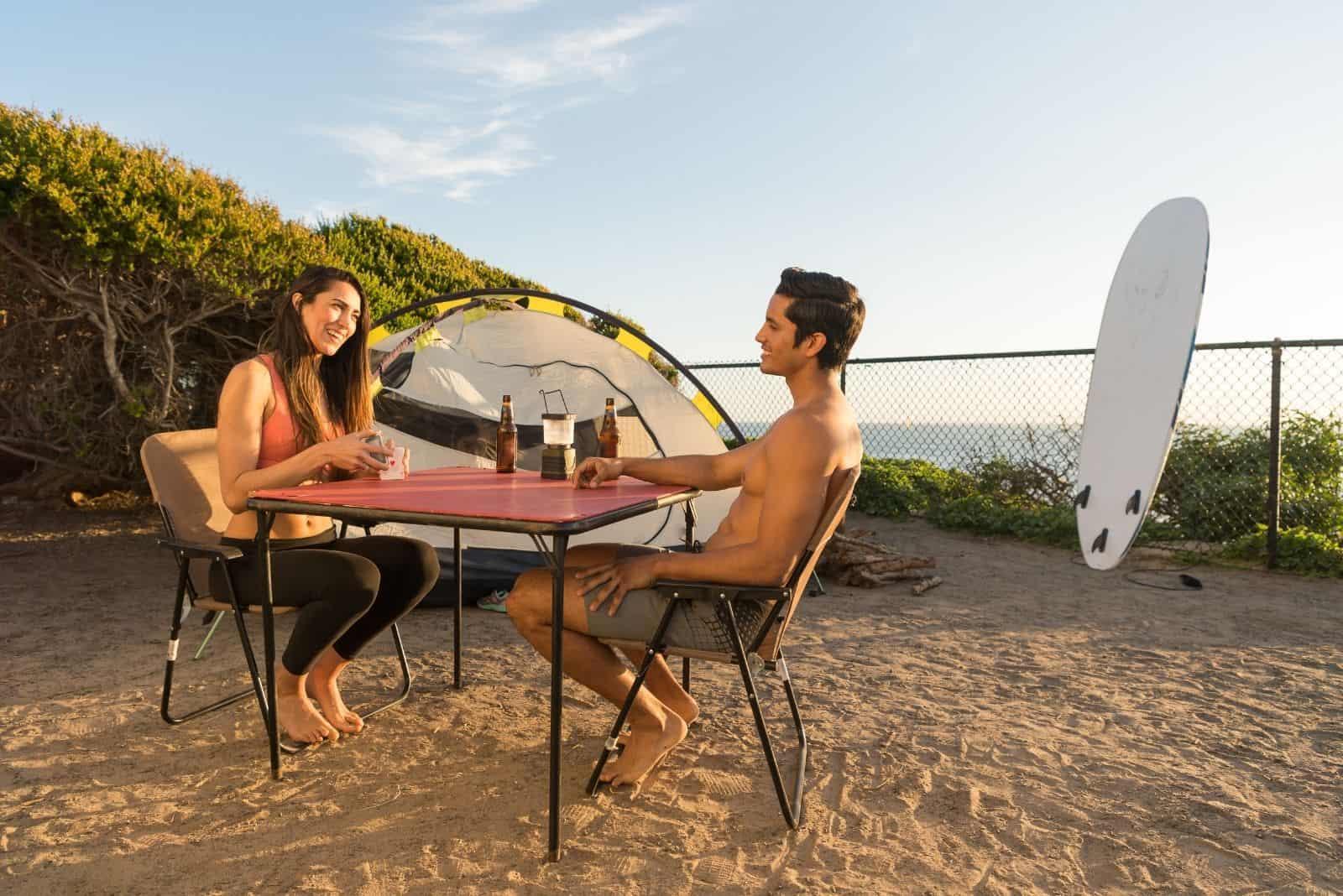 Paar spielt Elfer Raus auf einem Campingplatz in Strandnähe