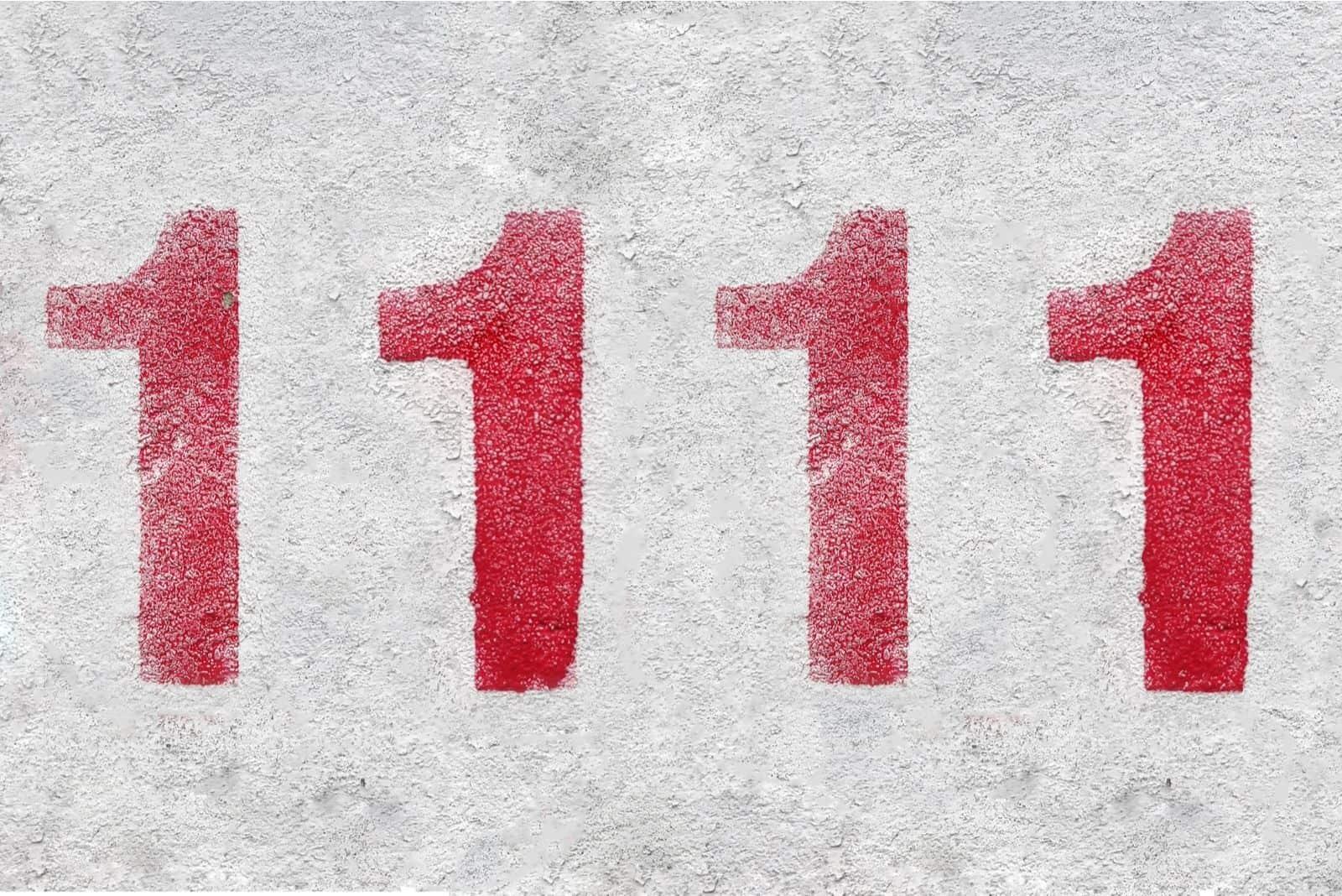 Rote Nummer 1111 an der weißen Wand. Sprühfarbe