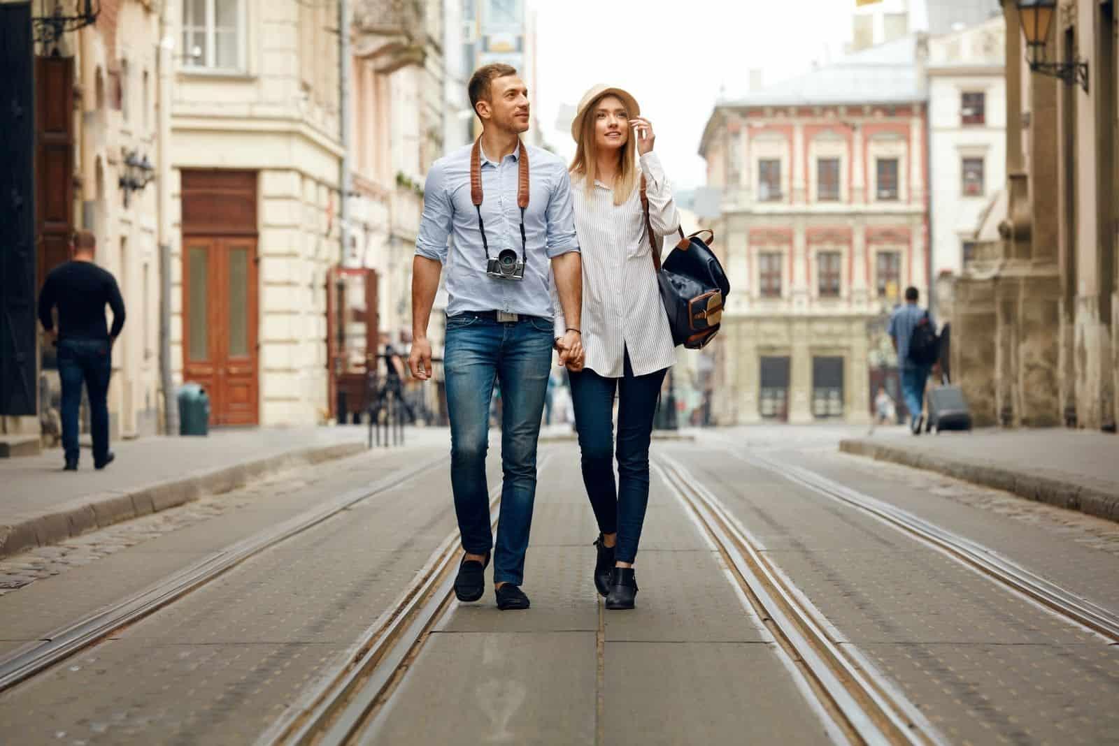 Schönes junges Paar In stilvoller Kleidung Sehenswürdigkeiten der Stadt besichtigen, Architektur betrachten
