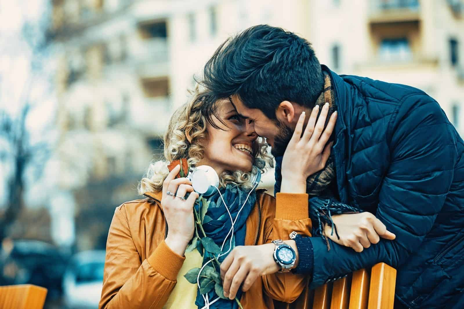 Süßes Liebespaar Tagsüber im Park verabreden