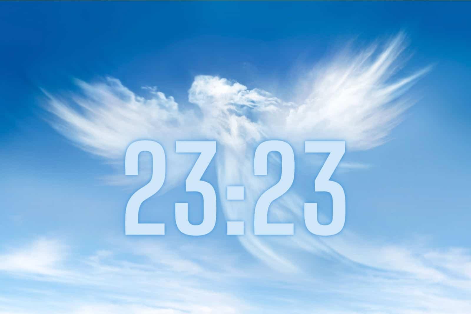 Zeit 23:23 in den Himmel geschrieben mit Engel aus Wolken