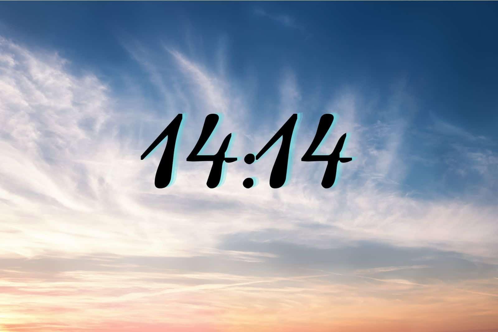 bewölkter blauer Himmel mit 14:14 Nummer am Himmel