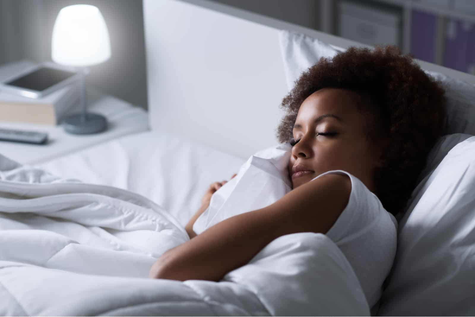 die frau schläft im bett