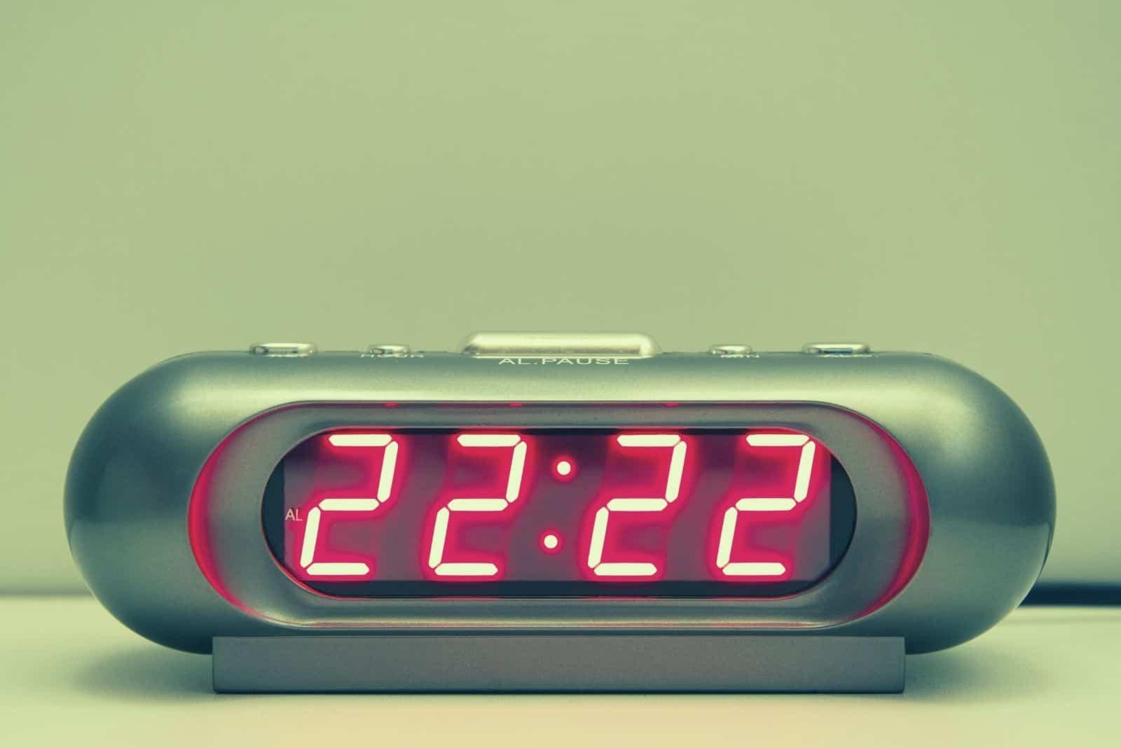 digitale uhrzeit um 22:22 Uhr im Fokus Fotografie