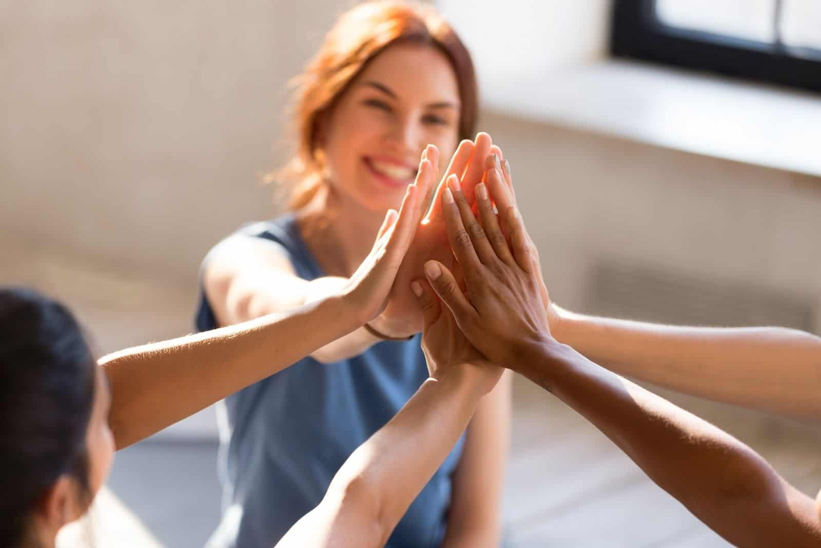 diverse fröhliche Damen High Five ist positiv über einen Plan