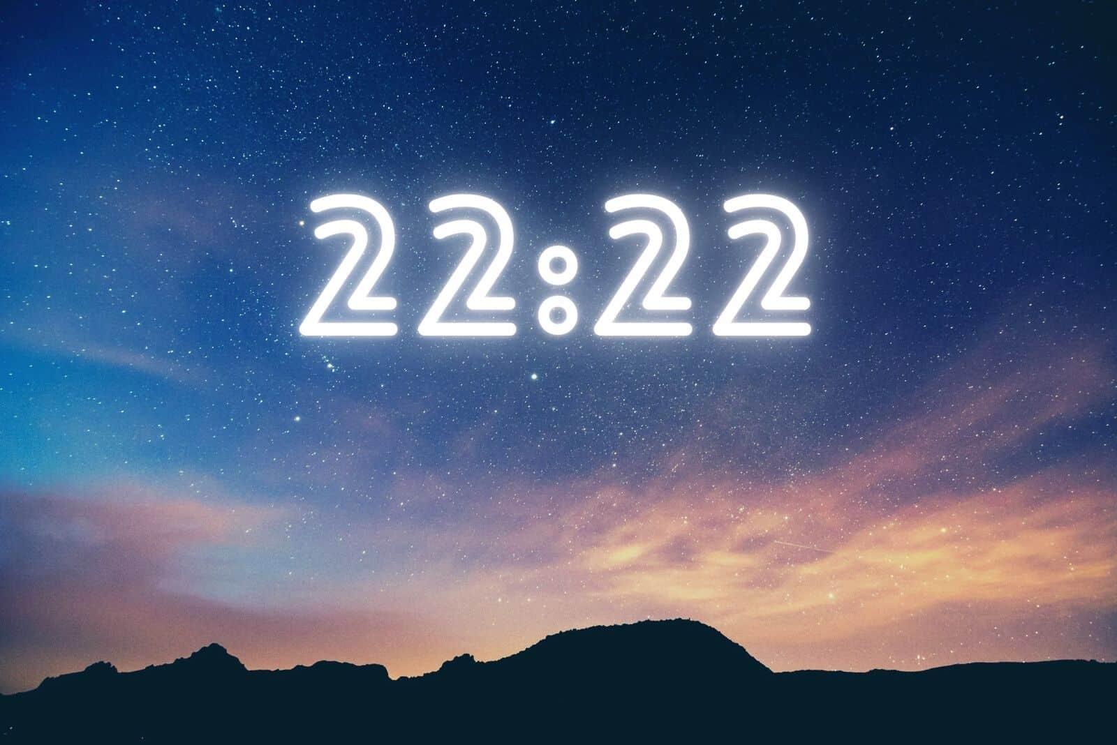 dunkler Nachthimmel mit 22:22 geschrieben