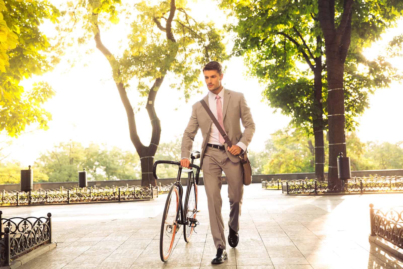 ein Mann fährt Fahrrad
