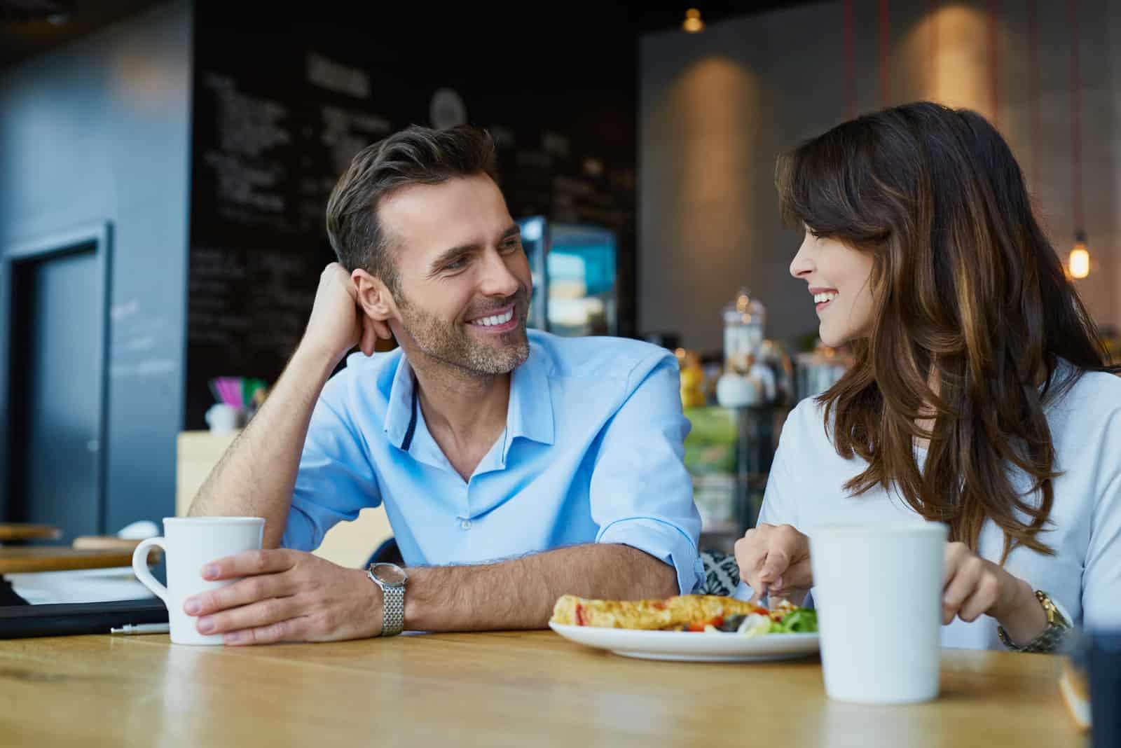 ein Mann und eine Frau lachen und reden