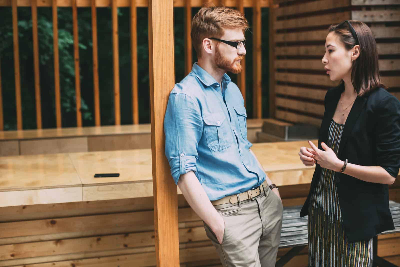 ein Mann und eine Frau stehen und reden