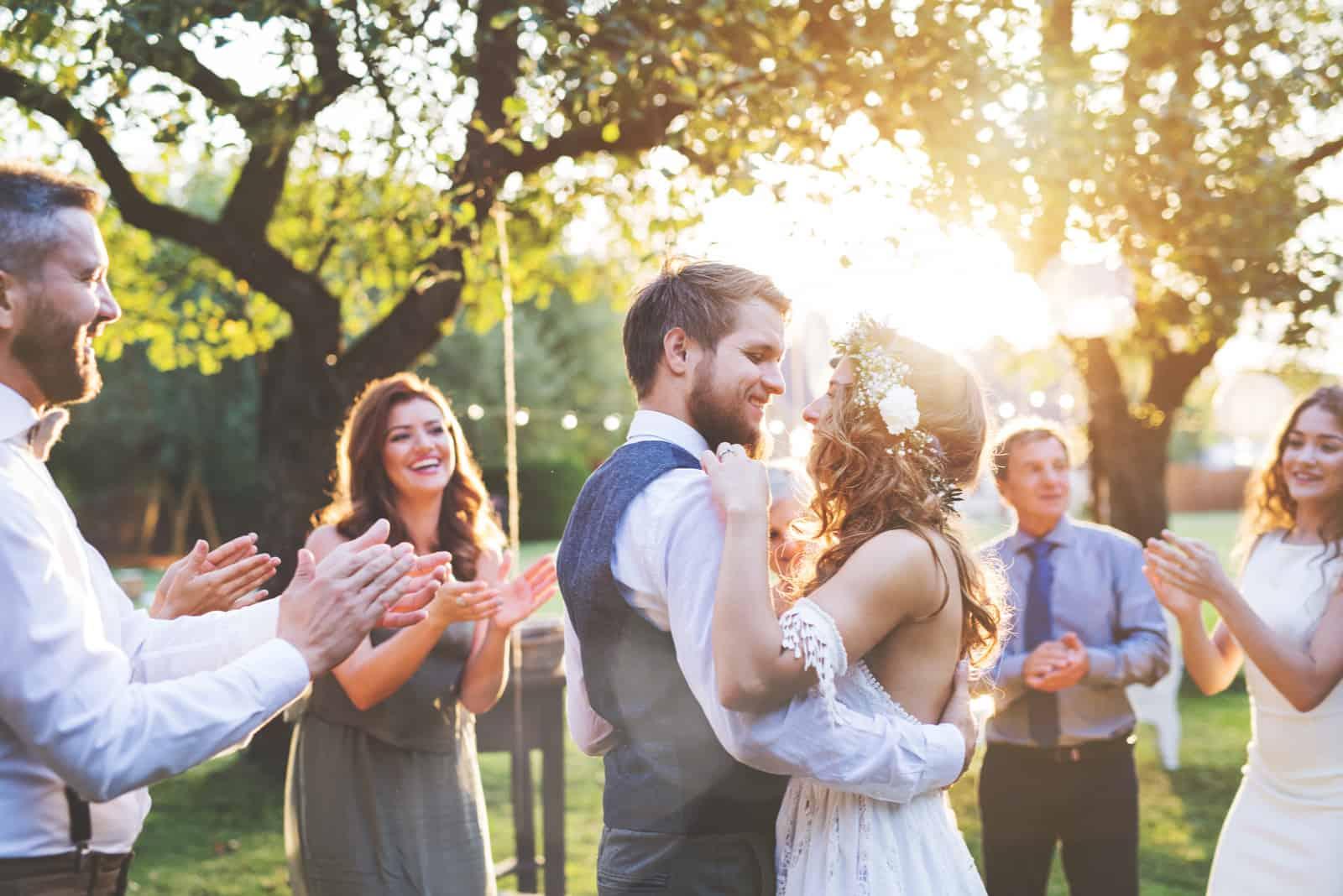 ein Mann und eine Frau tanzen auf einer Hochzeit