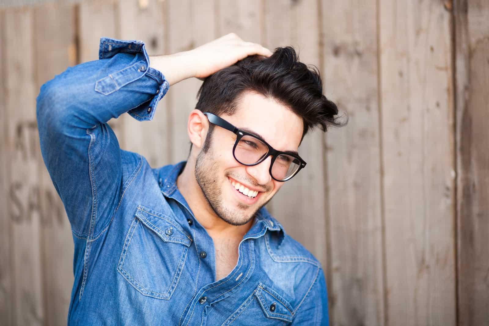 ein lächelnder Mann mit Brille auf dem Kopf