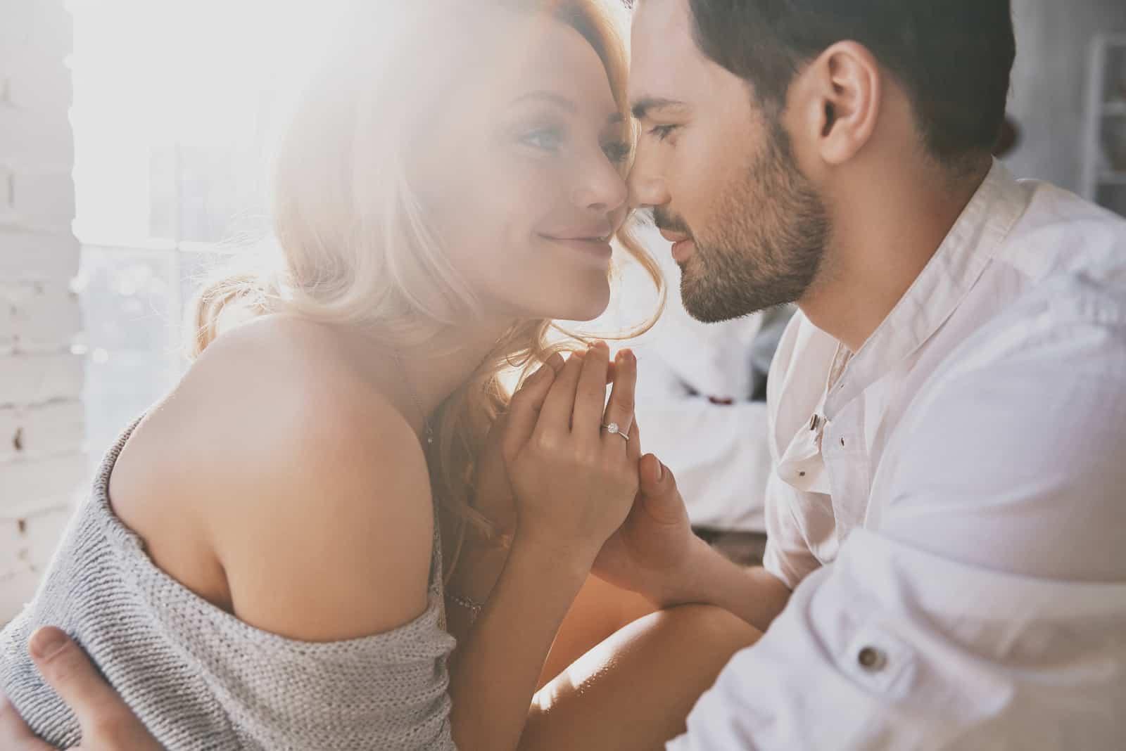 ein verliebtes Paar, das Händchen hält und sich ansieht