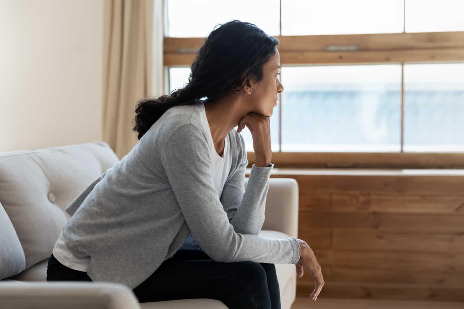 eine imaginäre Frau, die auf einer Couch sitzt
