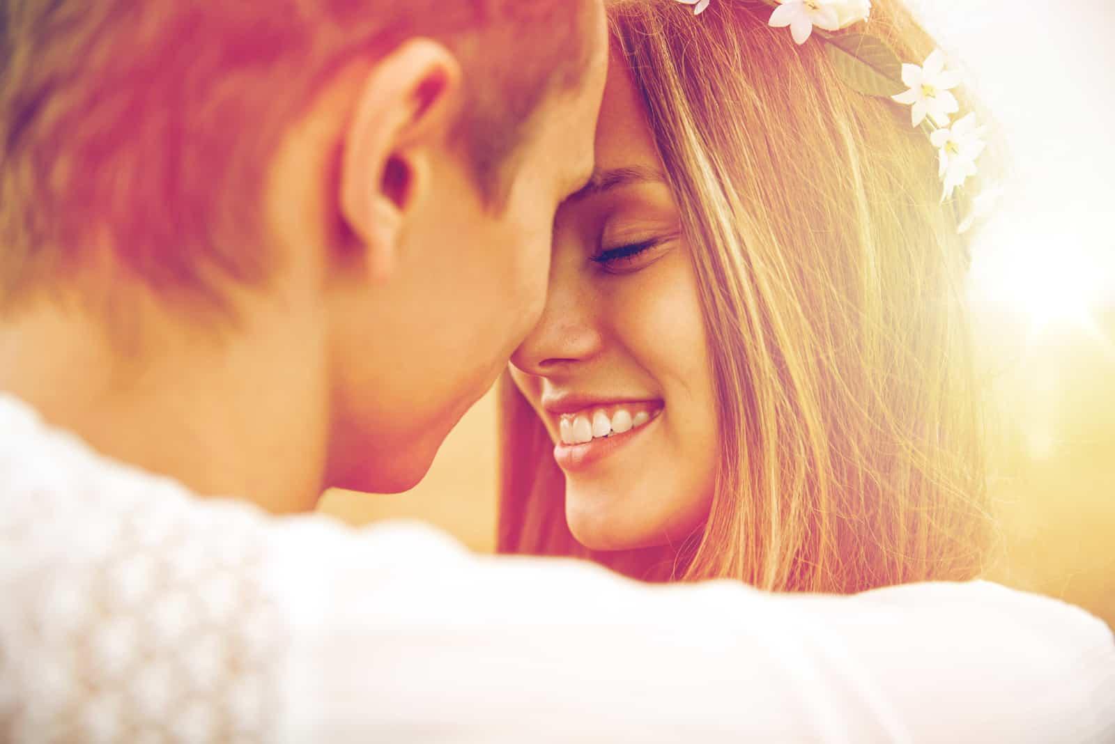 eine lächelnde Frau sieht dem Mann zu, wie er sich umarmt