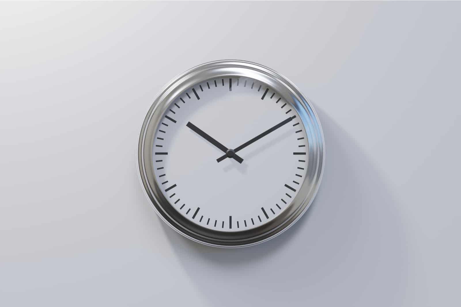 graue Uhr auf weißem Hintergrund