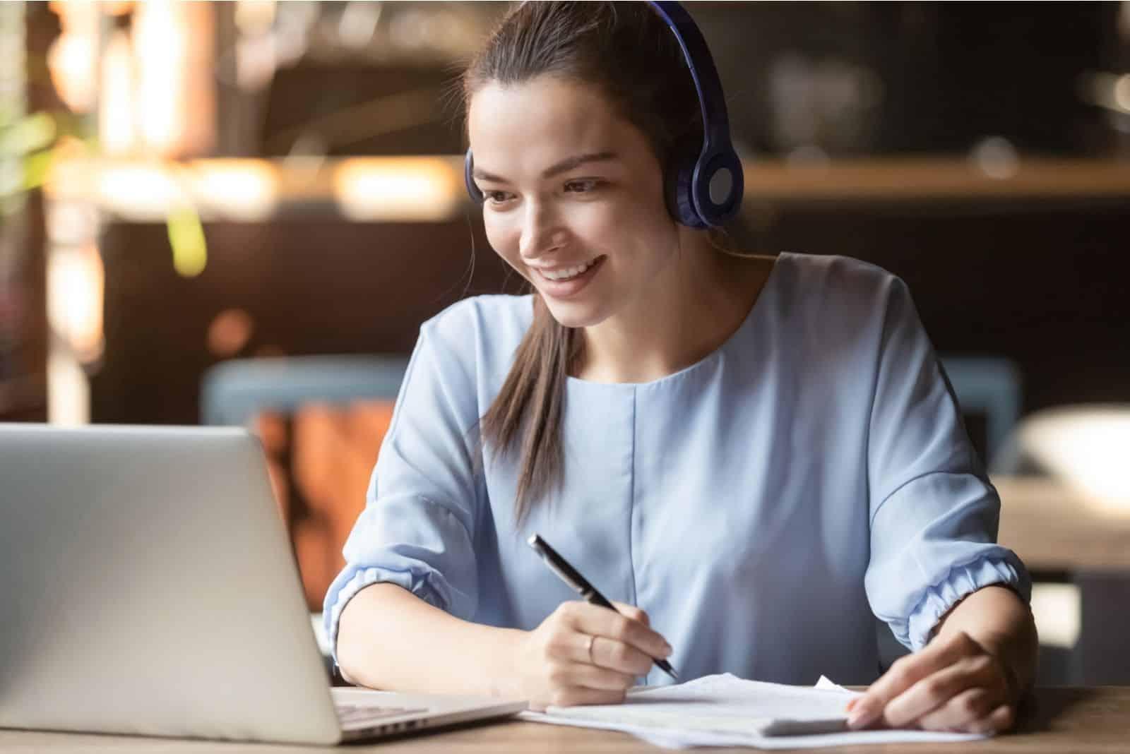 lächelnde Studentin Online lernen in einem Café