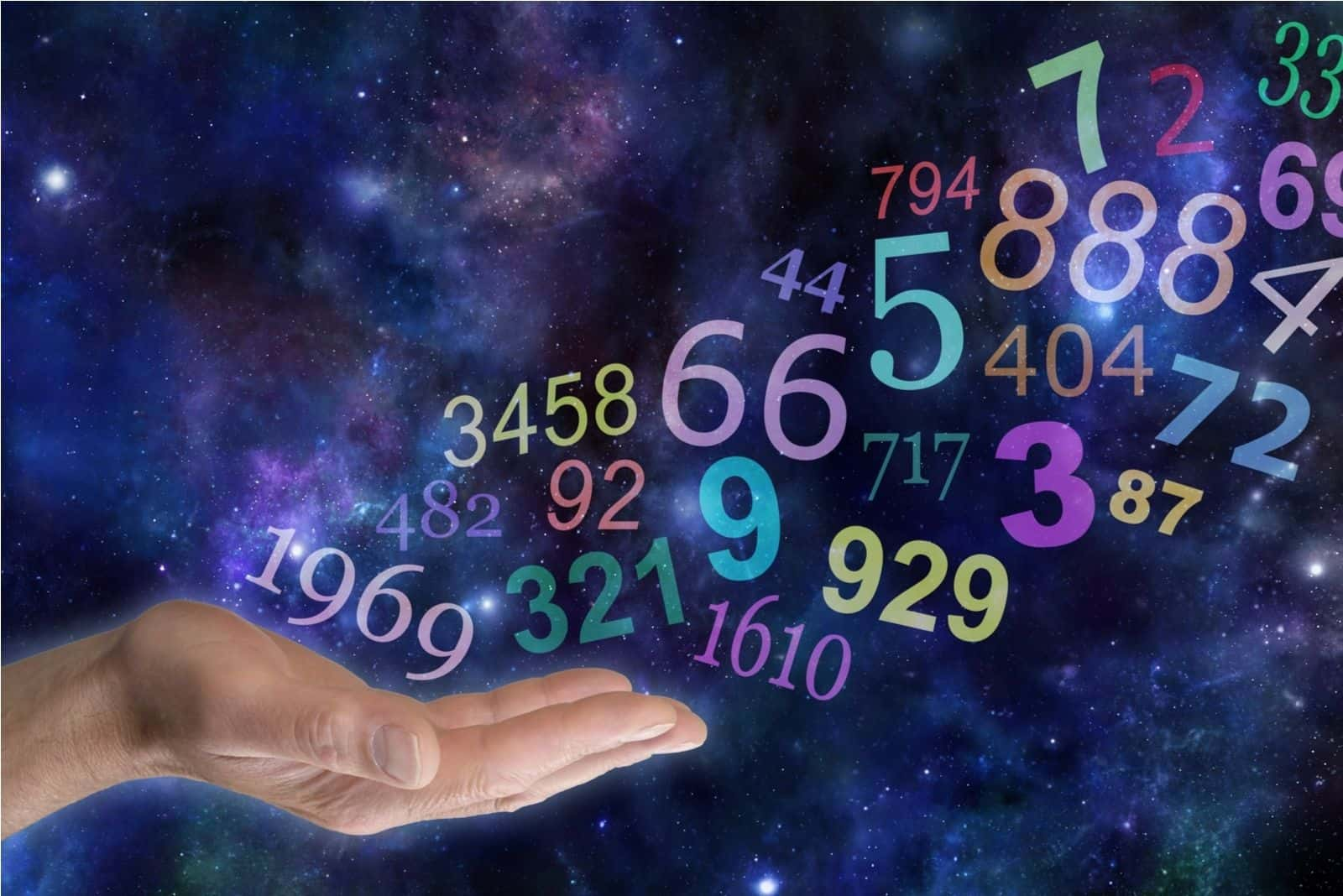 männliche Handfläche nach oben mit einer Gruppe zufälliger mehrfarbiger transparenter Zahlen, die auf einem breiten Weltraumhintergrund mit Kopierraum nach oben und weg schweben