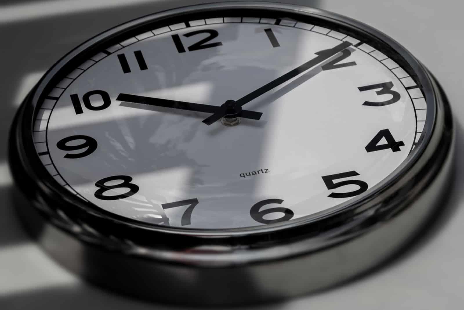 schwarze Uhr auf grauem Hintergrund