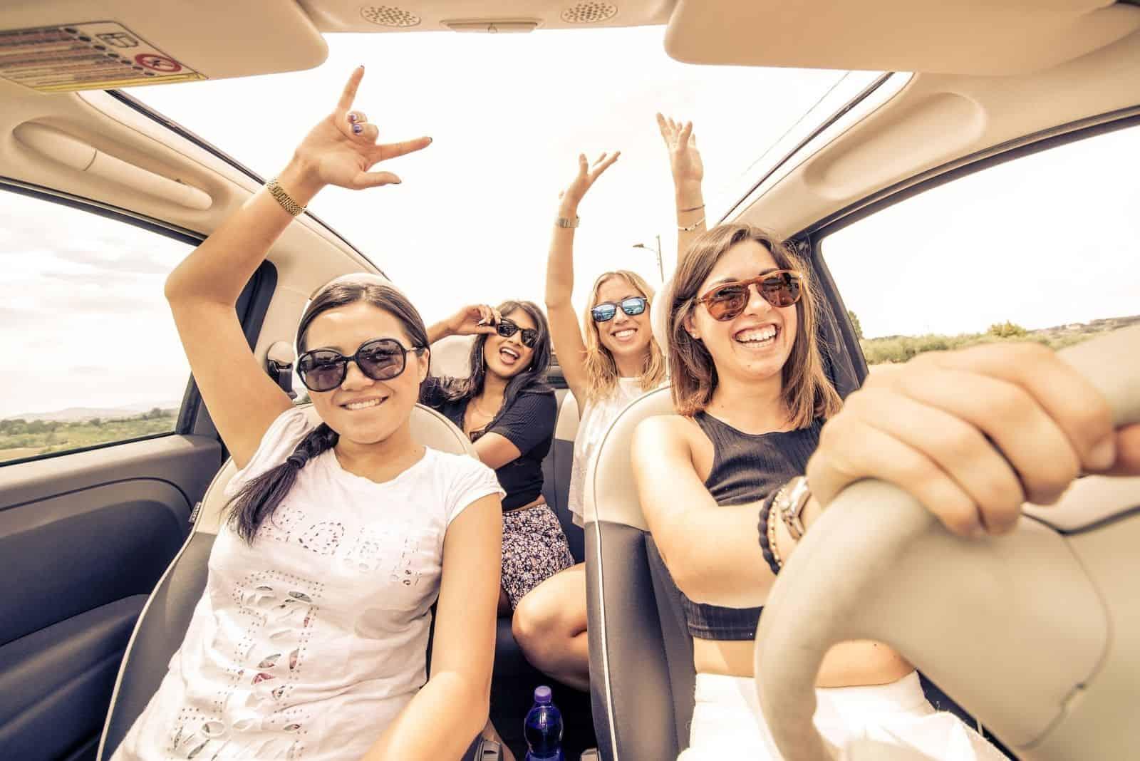 vier Mädchen fahren in einem Cabriolet