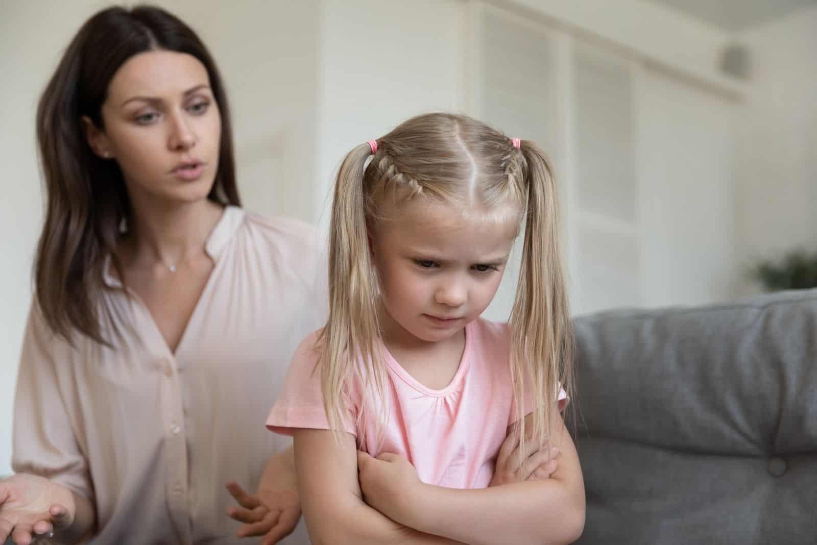 wütende junge Mama schimpft störrisches kind