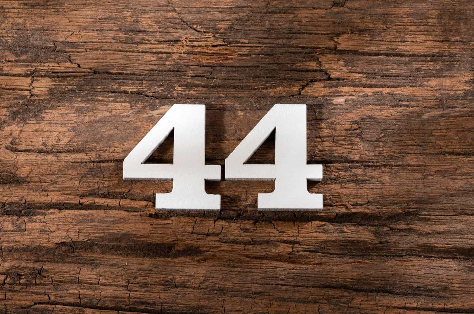 44 auf Holzuntergrund