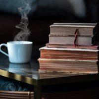 Teetasse und gestapelte Bücher