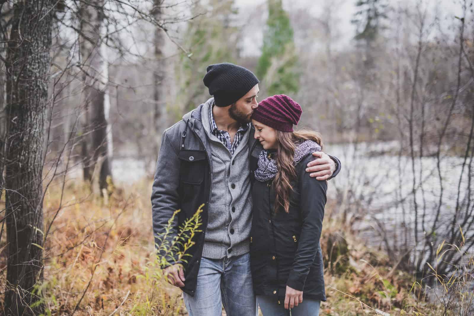 Ein nettes Paar im Herbstpark