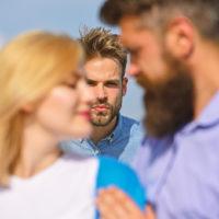 Frau macht einen Mann eifersüchtig