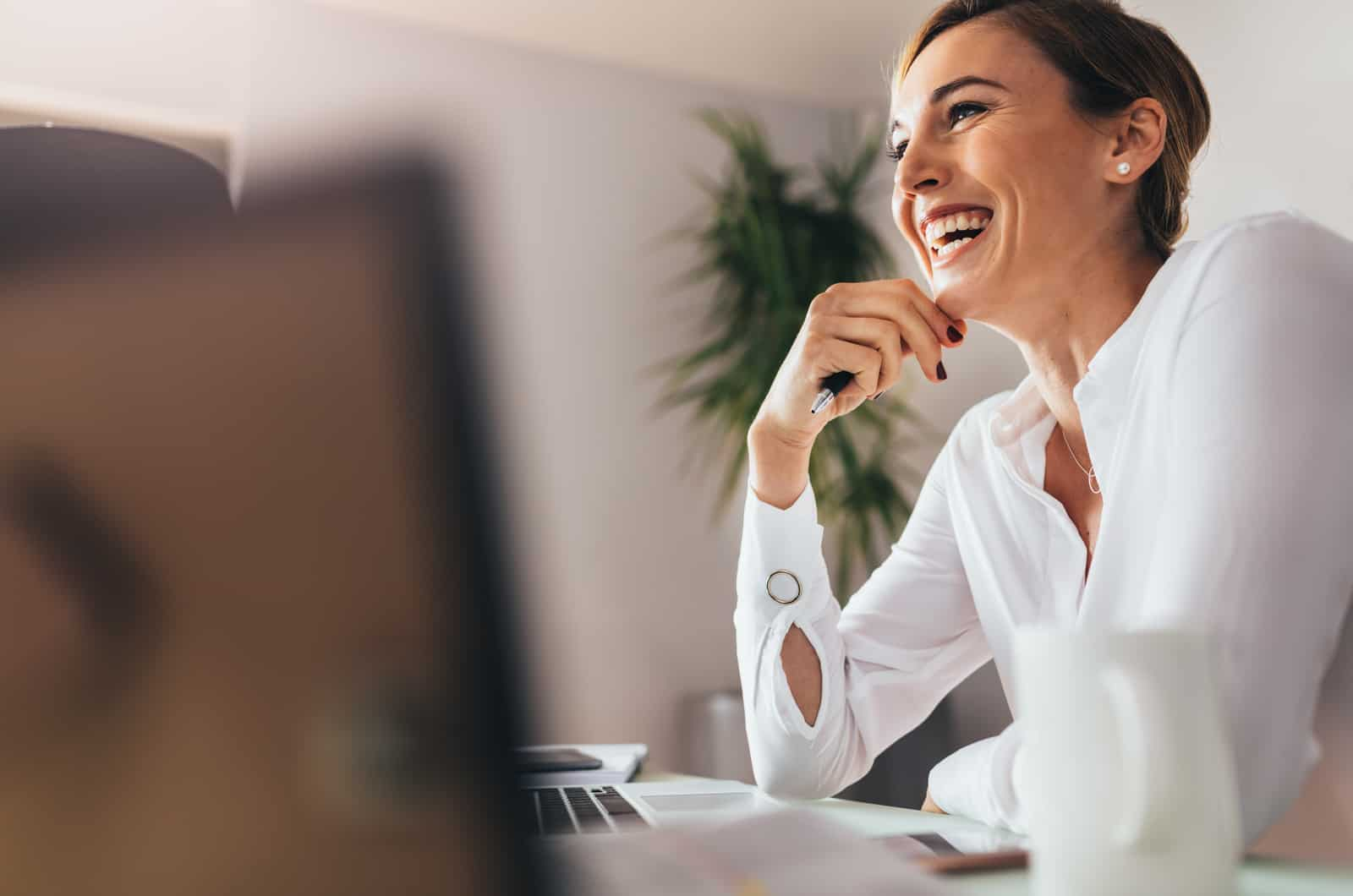 Frau am Schreibtisch lächelt