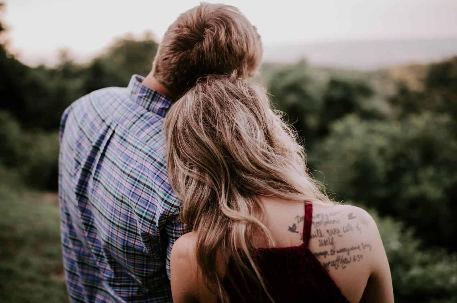 Frau legt ihren Kopf auf die Schulter des Mannes
