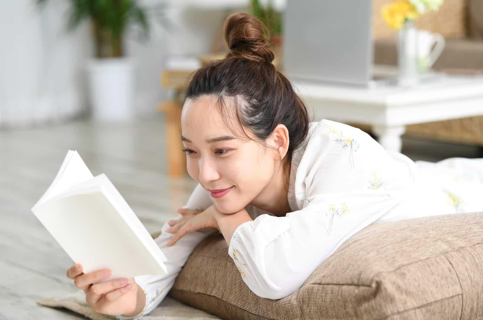 Frau liest und lächelt