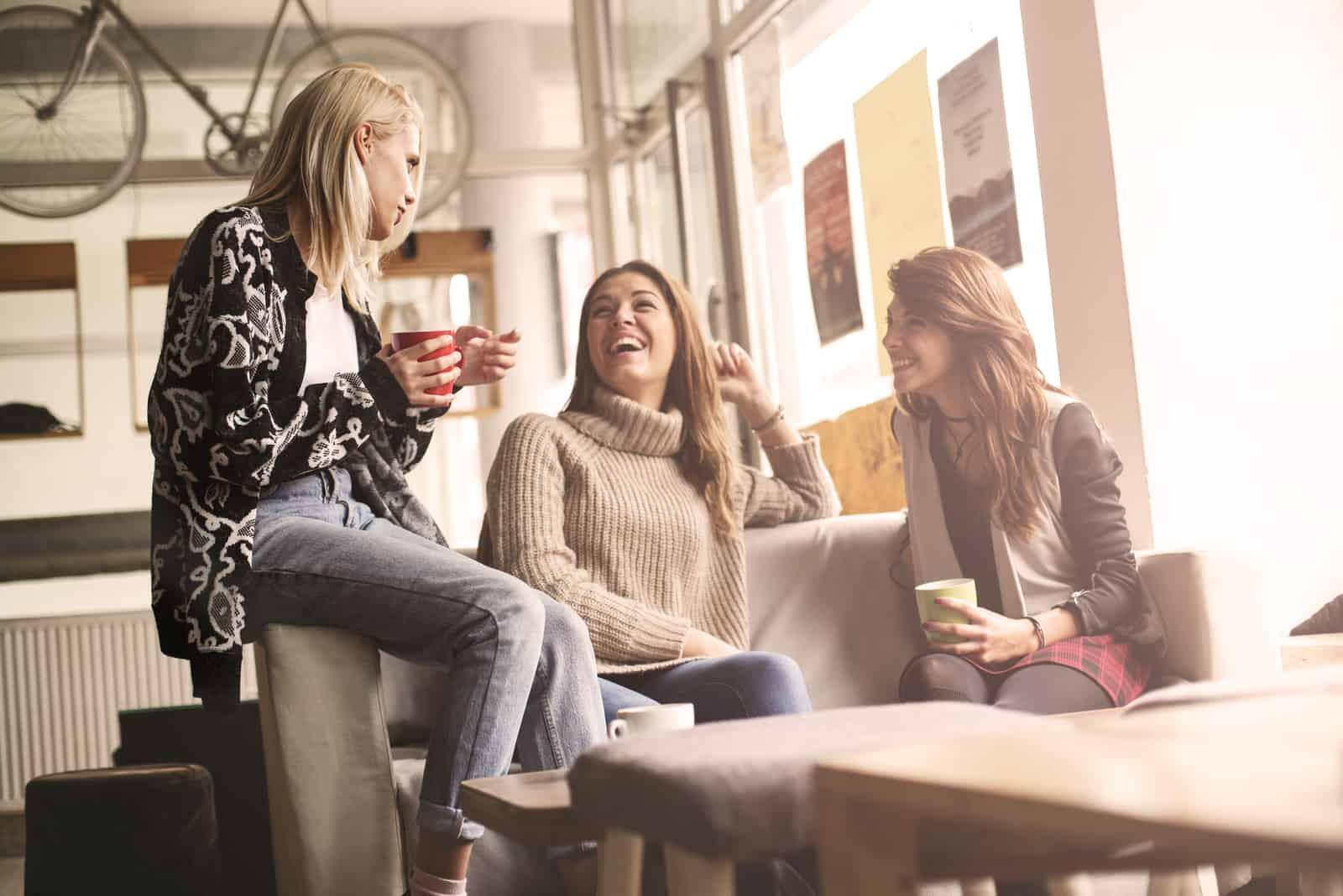 Freunde sitzen am Tisch und lachen und reden