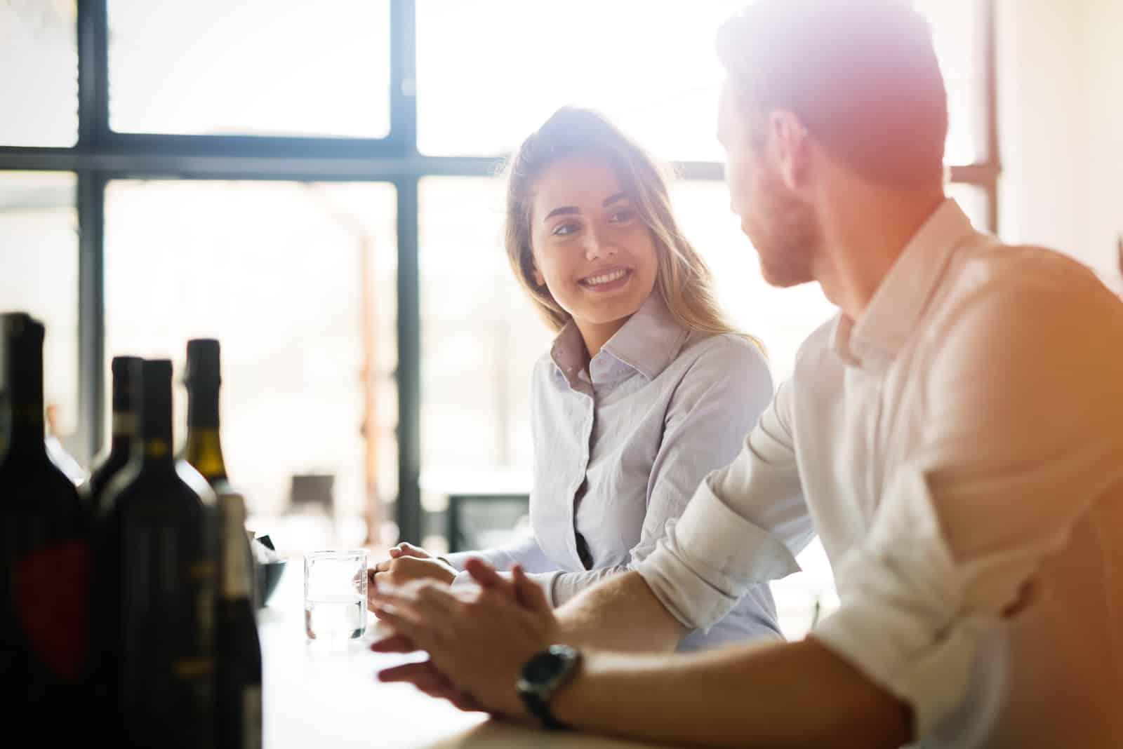 Glückliche Geschäftskollegen, die sich im Restaurant verabreden