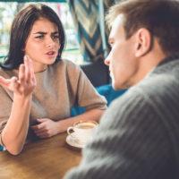 eine Frau streitet mit einem Mann