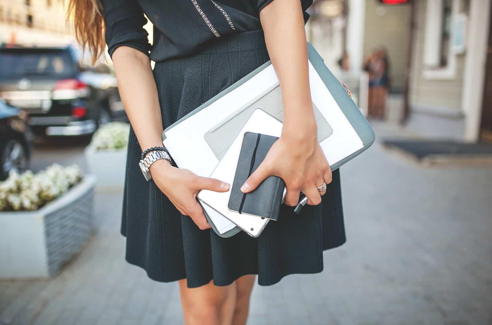 karrierefrau mit dokumenten