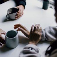 Paar trinkt Kaffee und redet