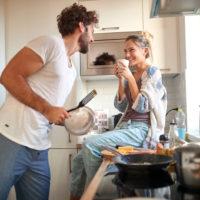 Paar hat Spaß in der Küche
