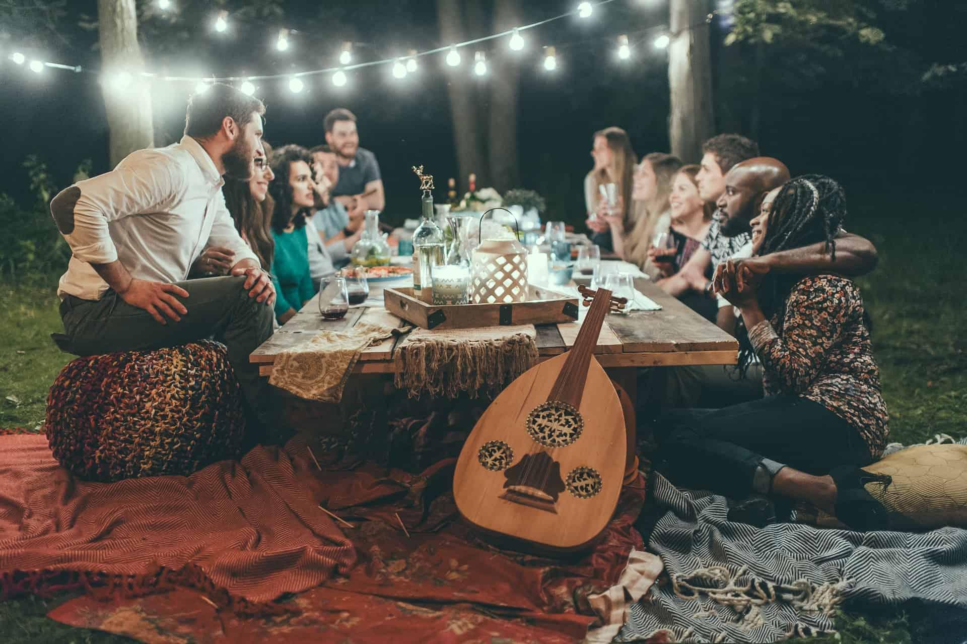 Leute am Partytisch im Freien