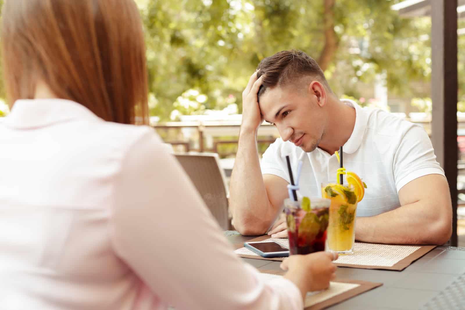 Mann ignoriert eine Frau während eines Dates