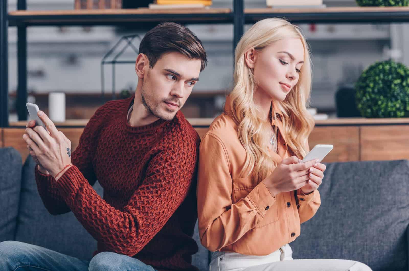 Mann schaut auf das Telefon einer Frau